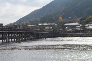 人がたくさんの渡月橋