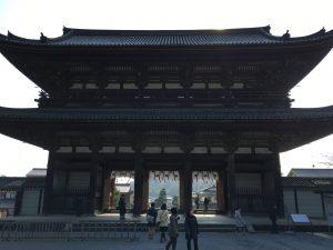 仁和寺の巨大な山門