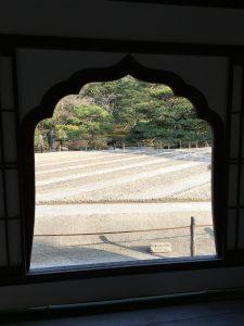窓が切り取る石の庭