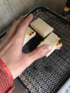 餅を焼きながら手を温める