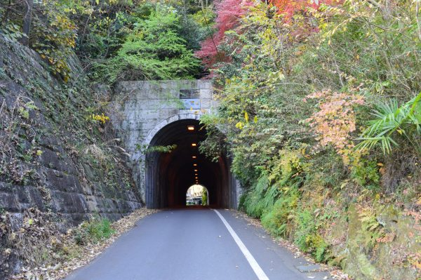 銭洗弁天へのトンネル