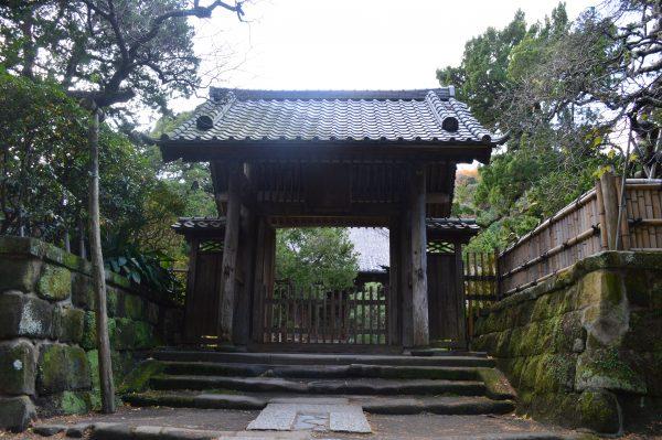 寿福寺本堂前の山門