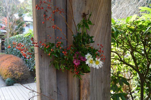 門に活けられた生け花