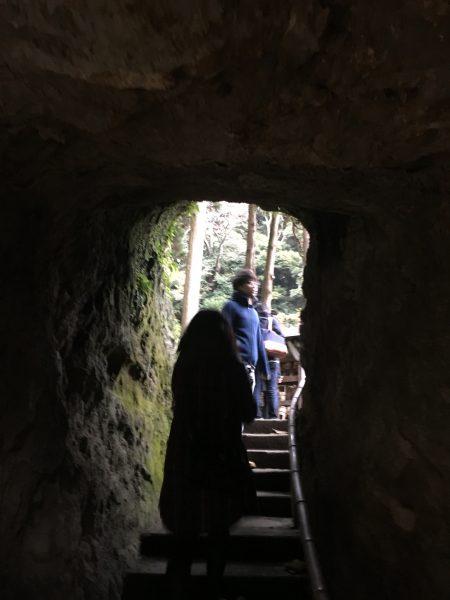 浄智寺石のトンネル