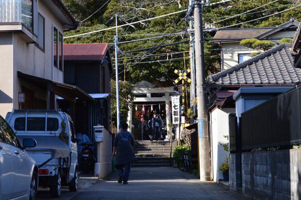鎌倉「御霊神社」目前を走る「江ノ電」と「権五郎力餅家」