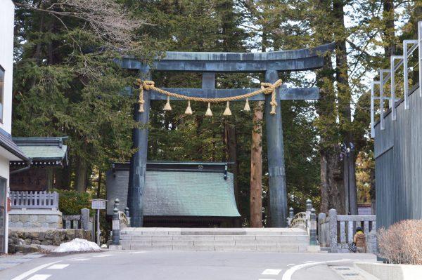 宮殿の入り口に諏訪大社クラブ