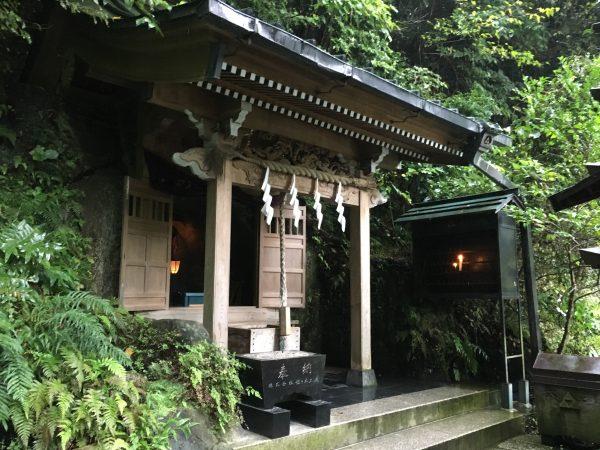 銭洗弁天 上之水神社